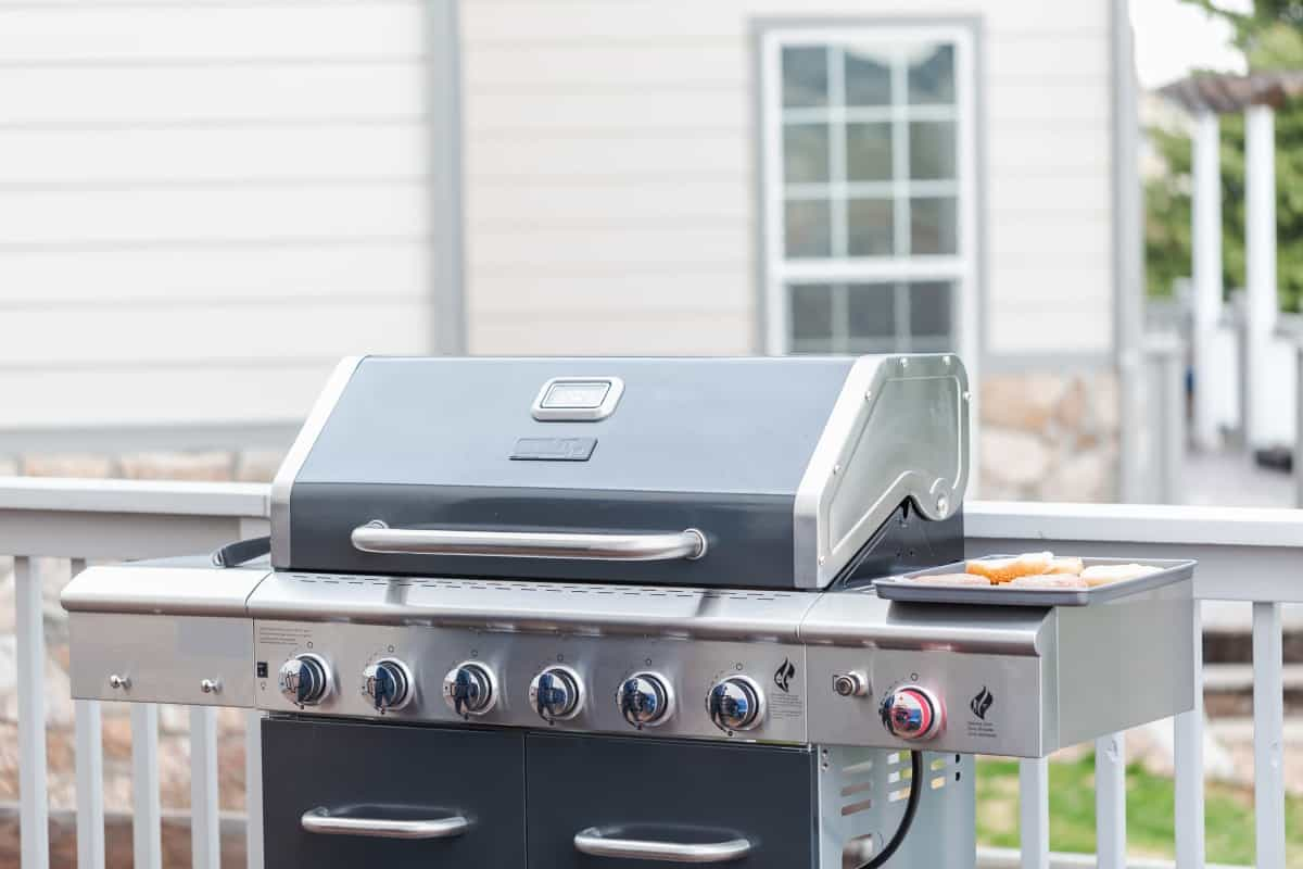A 6 burner gas grill with lid closed