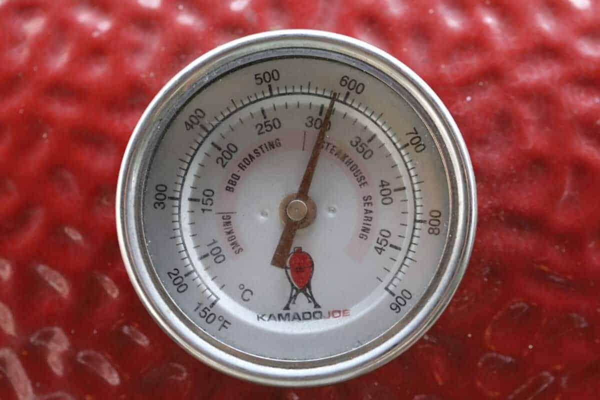 Close up of kamado joe temperature gauge showing 600 degrees Fahrenheit